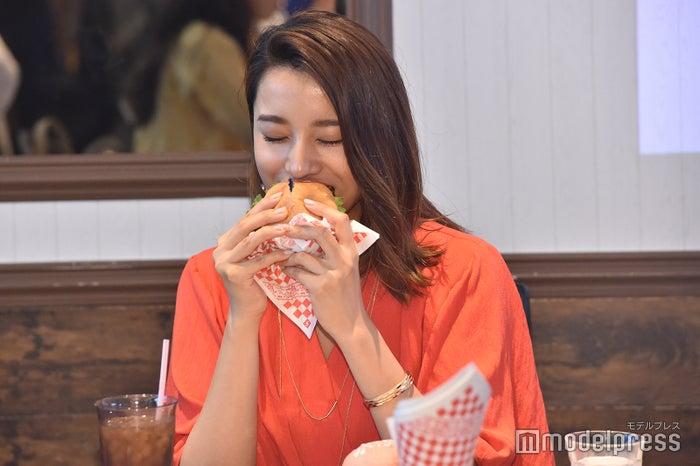 ハンバーガーを頬張る高橋メアリージュン(C)モデルプレス