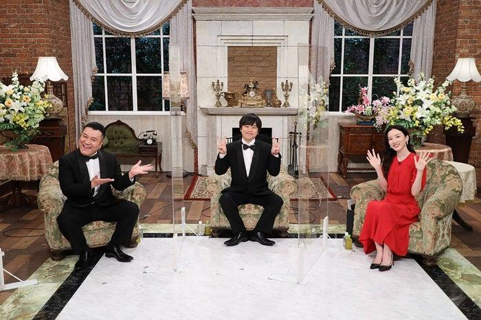 (左から)山崎弘也、バカリズム、永野芽郁(C)フジテレビ