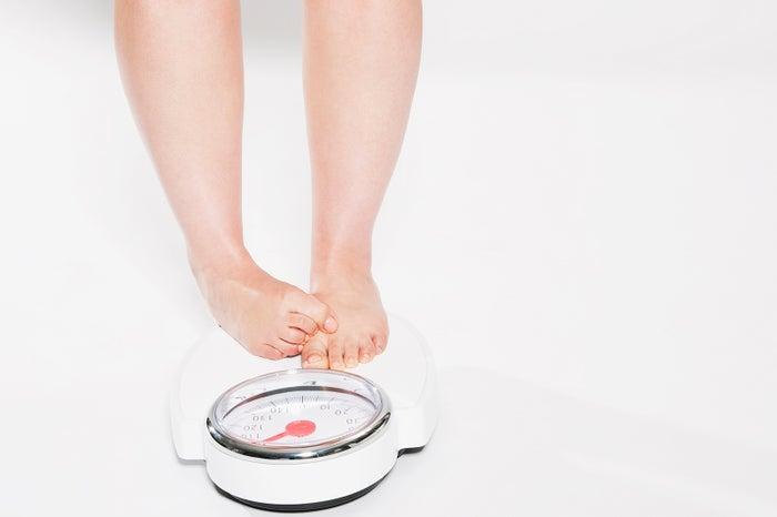 何で体重は簡単に増えるの…(Photo by Westend61/gettyimages)