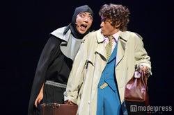 小栗旬に絡む賀来賢人/ミュージカル「ヤングフランケンシュタイン」より