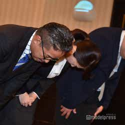 モデルプレス - 【NGT48暴行被害騒動】AKS運営責任者&新支配人らが会見で謝罪 質問40分飛び続ける