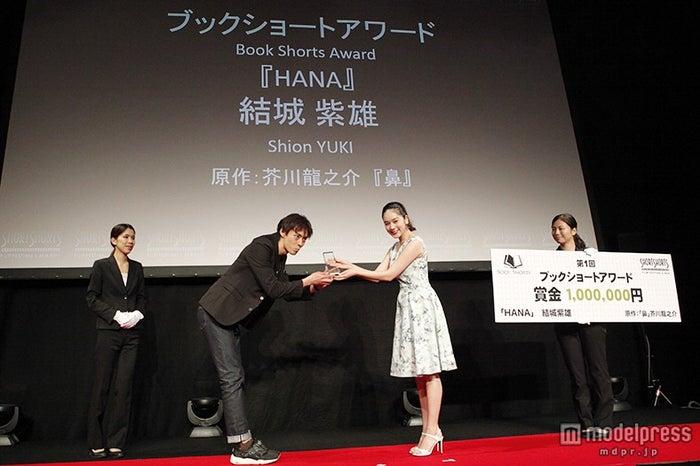 「ブックショートアワード」のプレゼンターをつとめた筧美和子