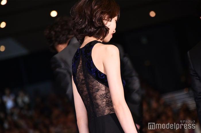 後ろ姿も美しい戸田恵梨香 (C)モデルプレス