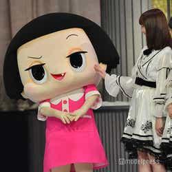 写真はチコちゃんと挨拶する乃木坂46生田絵梨花、齋藤飛鳥 (C)モデルプレス