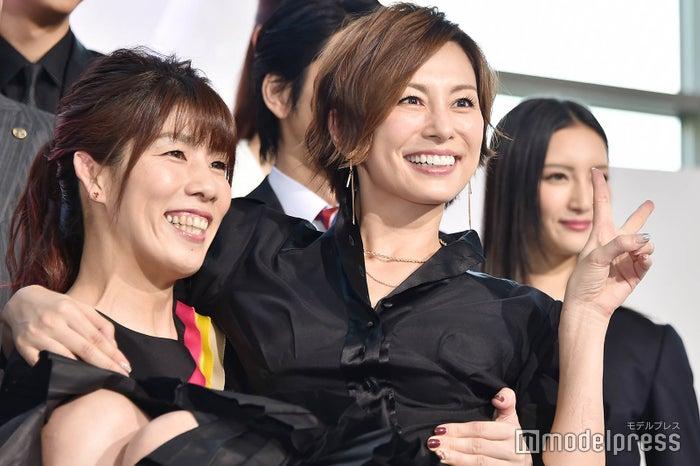 吉田沙保里(左)にお姫様抱っこされる米倉涼子(右) (C)モデルプレス