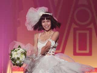 新婚の紗羅マリー、ミニドレスで美脚披露