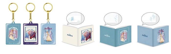 アクリルキーホルダー(全3種) 900円、絵本風ノート(全3種) 各950円(C)Disney