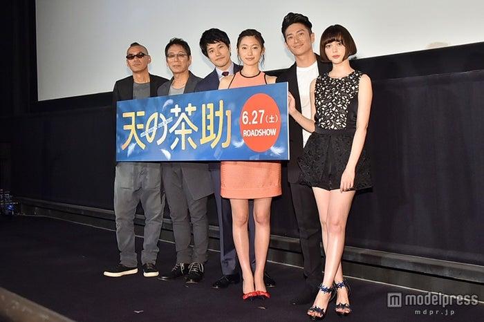 映画『天の茶助』完成披露舞台挨拶(左から)SABU監督、大杉漣、松山ケンイチ、大野いと、伊勢谷友介、玉城ティナ