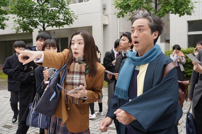 永野芽郁、ムロツヨシ「親バカ青春白書」第1話より(C)日本テレビ