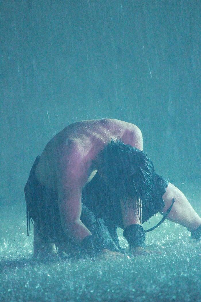 上半身裸で踊るシーンも(画像提供:DD)