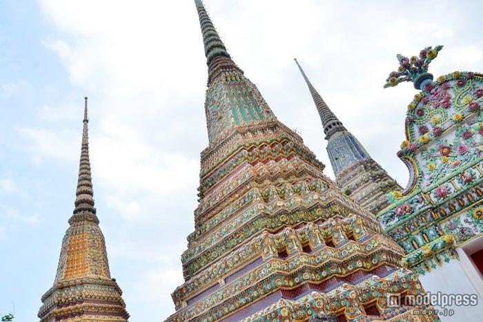 色鮮やかな中国製の陶器が埋め込まれた仏塔