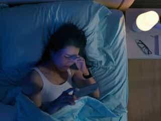 ブルーライトが睡眠に影響も… 眠れない夜についついスマホ派を調査 眠れない夜には暇な時間が続くために、いけないとわかっていてもスマホを見てしまう人も多いだろう。