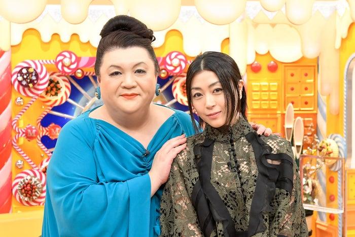 (左から)マツコ・デラックス、宇多田ヒカル(C)TBS