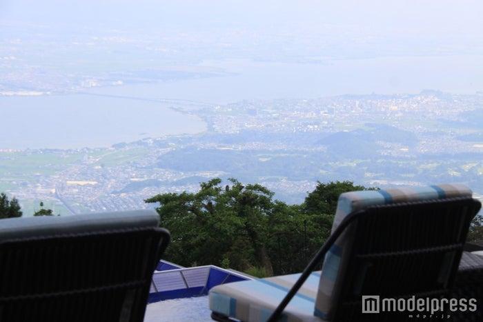 テラスから琵琶湖周辺の風景を一望/画像提供:びわ湖バレイ