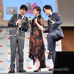 2018年ヒット商品の「プリントス」で3ショットを記念撮影/(左から)田中圭、白石麻衣、中村倫也(C)モデルプレス