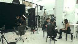 撮影に挑むまや「TERRACE HOUSE OPENING NEW DOORS」48th WEEK(C)フジテレビ/イースト・エンタテインメント