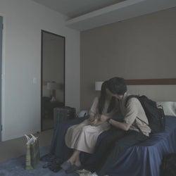 ロン・モンロウ、犬飼貴丈「ダブルベッド」#6(C)TBS/イースト・エンタテインメント