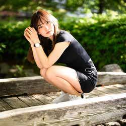 モデルプレス - 現役早稲田生YouTuber・青山舞莉の美貌に注目集まる 超ミニ×スニーカーで美脚披露