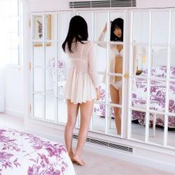 欅坂46菅井友香、ランジェリーカット公開「くびれを褒めてもらえるのは嬉しいですね」<フィアンセ>