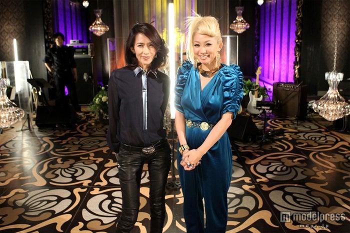 工藤静香(左)と共演した倖田來未(右)