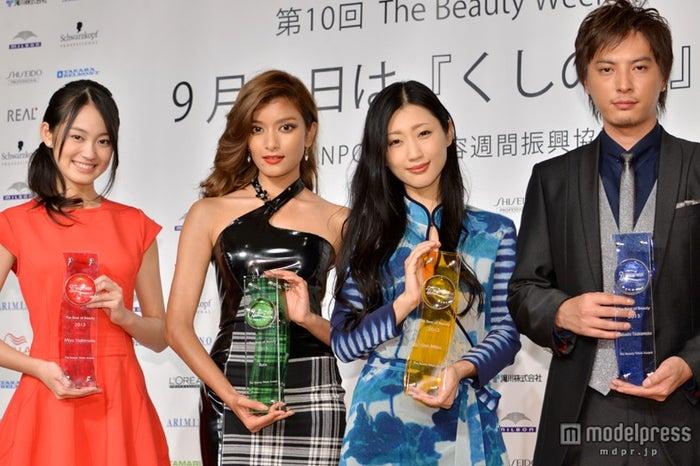 「The Best of Beauty 2013 授賞式」に登壇した(左より)吉本実憂、ローラ、壇蜜、塚本高史