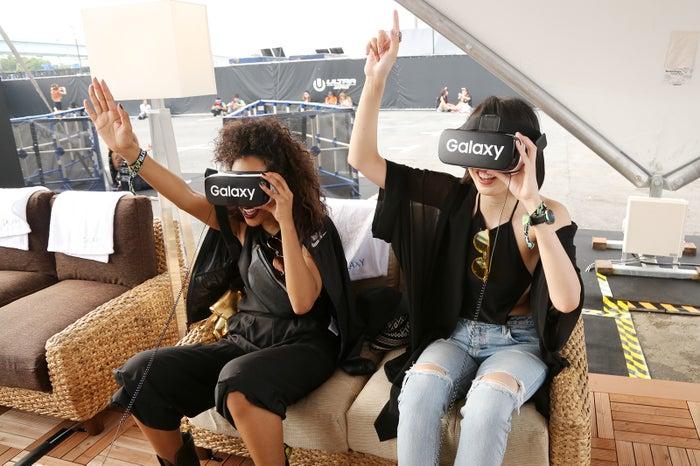 Gear VRを体験中/モデル:マリー、サマンサ麻里子