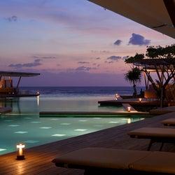星のや沖縄「星空ホットプール」温かなプールで星空観賞 波が輝くイルミネーションも初開催