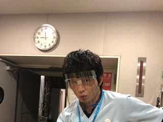 田中圭、フェイスシールド姿で撮影再開を報告 ファン待望オフショットに反響<アンサング・シンデレラ>
