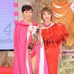 (左より)グランプリの川合由佳さん、たかの友梨氏