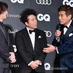 横浜流星(左)に「いつも冷静な横浜さんがテンションが上がる瞬間は?」と聞く石原良純(右)と、真剣に話を聞くムロツヨシ (C)モデルプレス