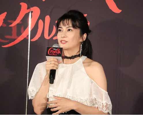 """柴咲コウ、""""クルエラ""""のファッションに「かなり触発されました」爽やかな肩出しドレスで登場"""