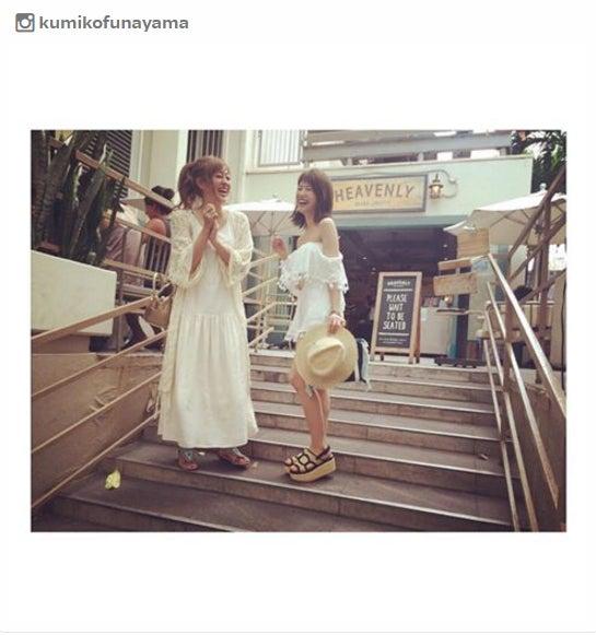ハワイを訪れている菊地亜美(左)と舟山久美子(右)/舟山久美子Instagramより