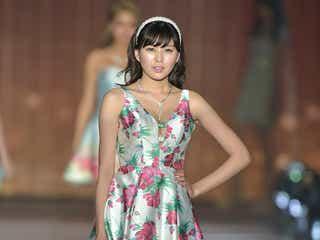 岩崎名美の美脚が圧巻!胸元ざっくりミニワンピで魅了<関コレ2017S/S>