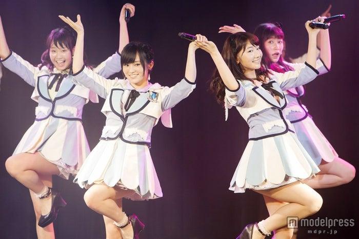 山本彩(中左)らとパフォーマンスする柏木由紀(中右)(C)NMB48