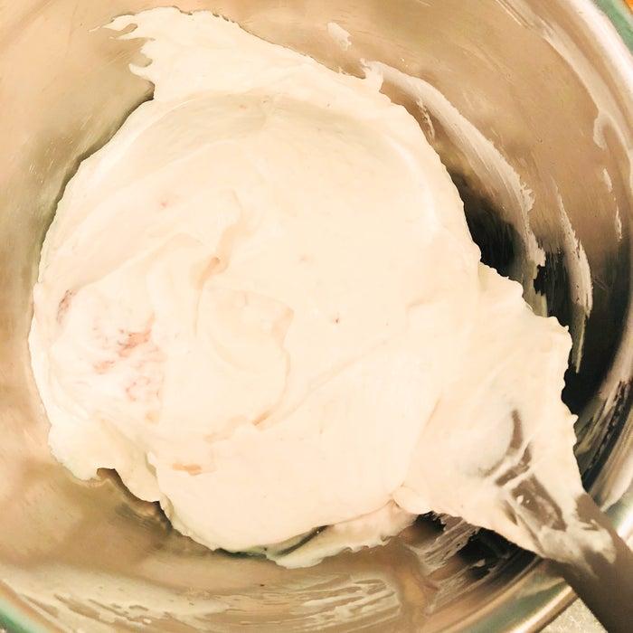 手順5:ボウルにクリームチーズ、砂糖を入れハンドミキサーでクリーム状になるまで混ぜる/画像提供:柏原歩