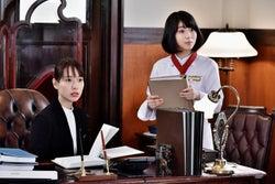 戸田恵梨香、浜辺美波/「崖っぷちホテル!」第2話より(C)日本テレビ