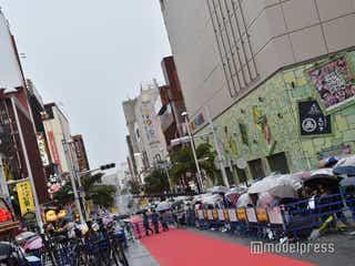 「沖縄国際映画祭」レッドカーペット、雷雨で一時中断 観客・メディア避難指示で混乱
