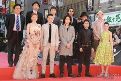 綾野剛、山田孝之、伊勢谷友介、沢尻エリカが新宿歌舞伎町に集結 2500人の歓声浴びる