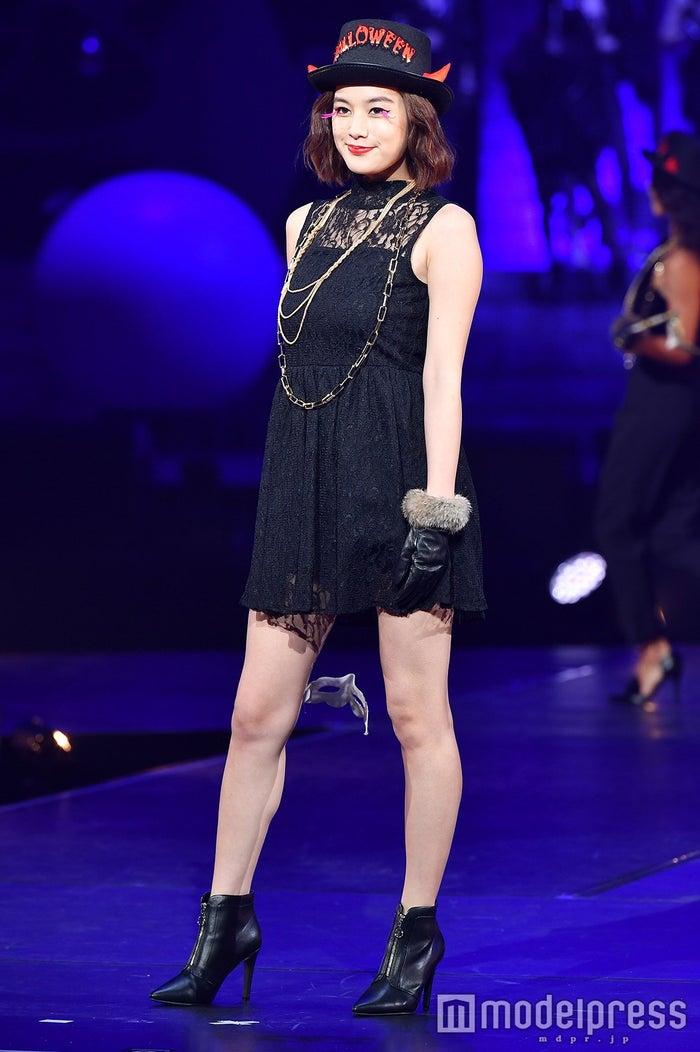 筧美和子、ミニワンピで美脚全開 小悪魔な微笑みで魅了 (C)モデルプレス