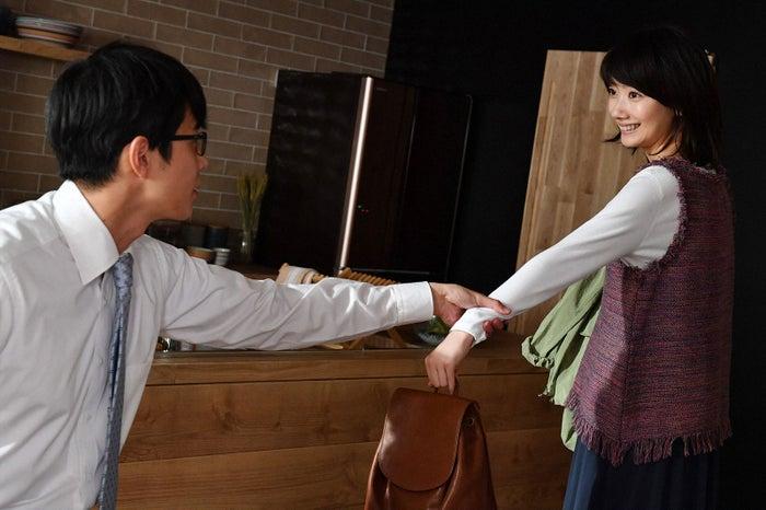 東出昌大、波瑠/「あなたのことはそれほど」第2話より(画像提供:TBS)