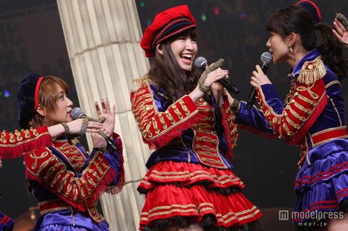 左から:高橋みなみ、小嶋陽菜、大島優子(C)AKS