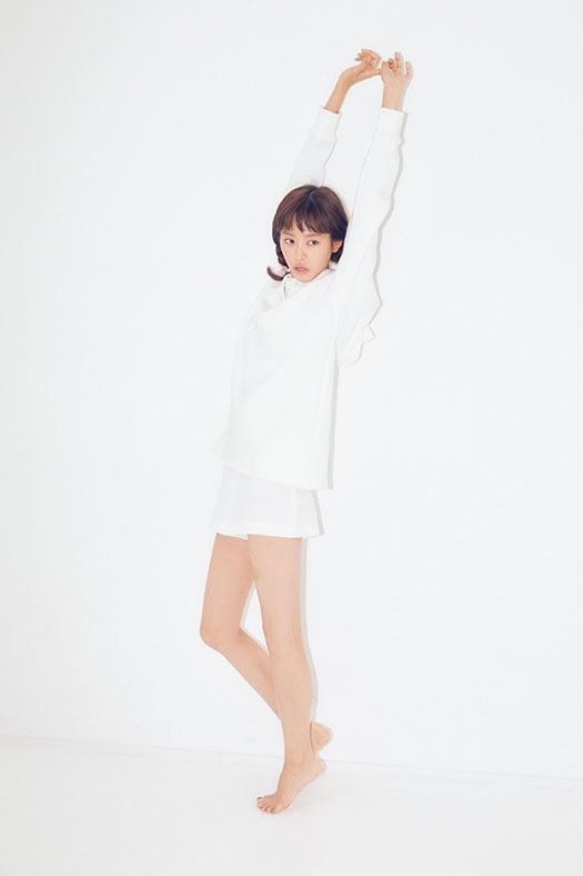 美脚をあらわにみせた桐谷美玲/画像提供:主婦と生活社