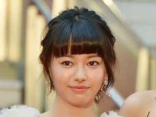 山本舞香、白の透けドレスで大人の魅力 レッドカーペットに登場