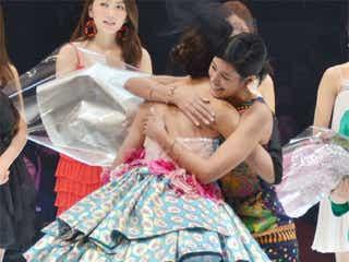 森泉、美人妹の晴れ舞台を祝福 ステージで熱い抱擁