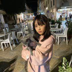 可愛い猫に遭遇した与田祐希/オフショット(画像提供:光文社)