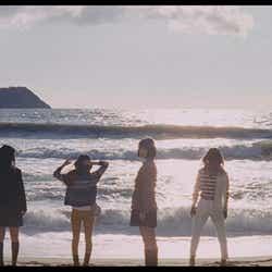 海でのショット/AKB48「Green Flash」MVより(C)AKS