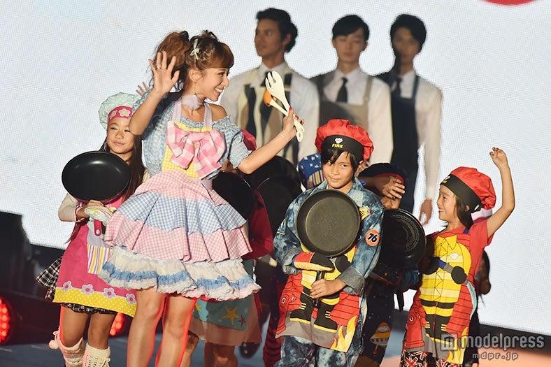 辻希美、エプロン姿で子供たちと初登場 得意料理を明かす【モデルプレス】