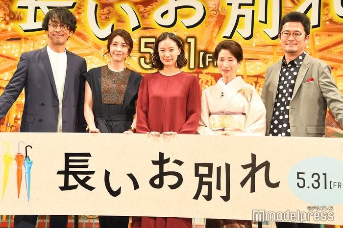 (左から)北村有起哉、竹内結子、蒼井優、松原智恵子、中野量太監督(C)モデルプレス