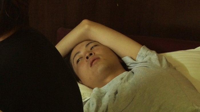 部屋にこもってしまうトム「あいのり:Asian Journey」シーズン2第7話より(C)フジテレビ