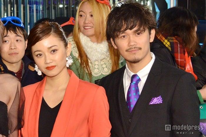 姉弟揃ってスーツスタイルで登場した(左から)宮城舞、宮城大樹【モデルプレス】